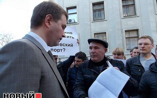Рабочие Ильичевского порта пикетируют Януковича (ВИДЕО)