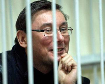 Янукович подписал указ о помиловании Луценко