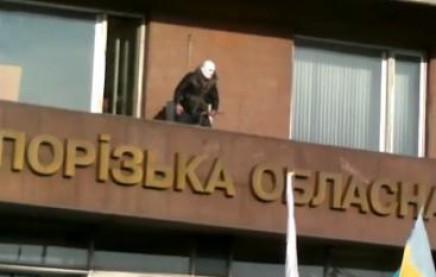 """""""Тітушка"""" намагався налякати Майдан у Запоріжжі, але злякався сам (відео)"""