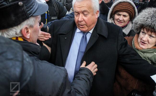 Регіонал Олійник лише обманом врятувався від чорнобильців під Радою. (ФОТО)