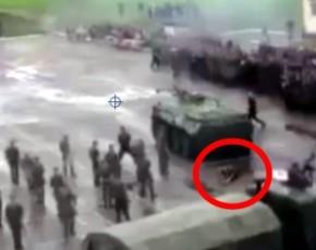 Россияне жестоко давят своих солдат БТРами (ВИДЕО) 18+