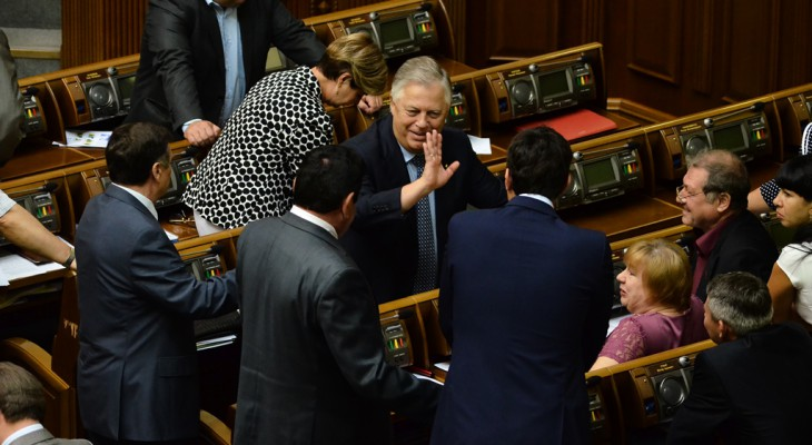 Народні депутати від «Свободи» викинули з ВР комуніста Петра Симоненко (ФОТО)