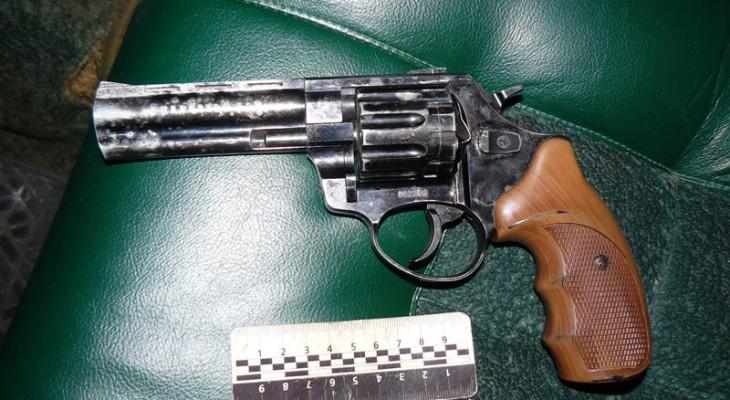 В Новомосковську на вулиці Спаській  правоохоронці затримали автомобіль зі зброєю і наркотиками