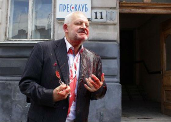 У Львові нардепа від «Опозиційного блоку» облили свинячою кров'ю (ФОТО,ВІДЕО)