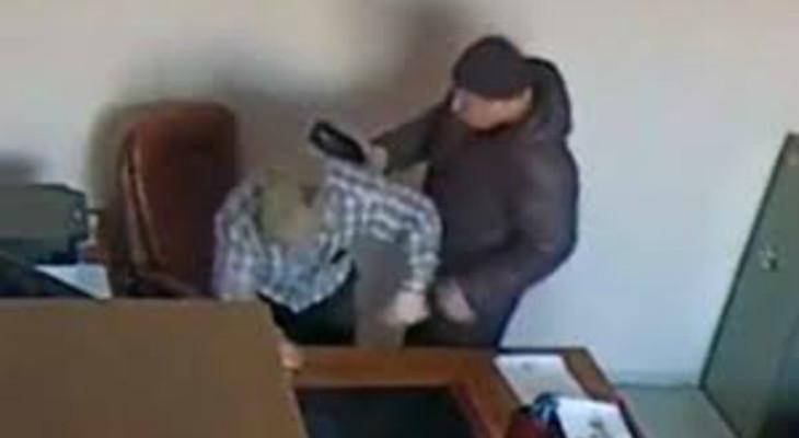 Россия утопает в бандитизме.  Российского бизнесмена жестоко избили бутылкой в рабочем кабинете (ВИДЕО)
