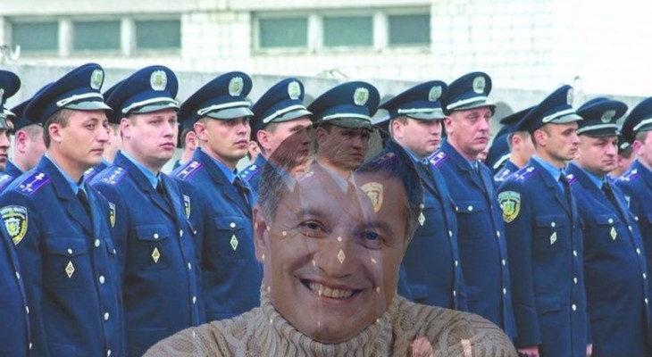 Новомосковский суд массово восстанавливает не аттестованных милиционеров (ВИДЕО)