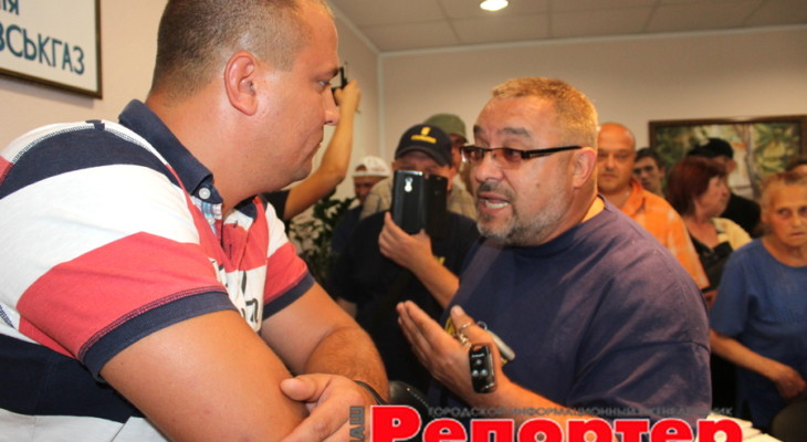 В Каменском протестующие ворвались в кабинет начальника Горгаза
