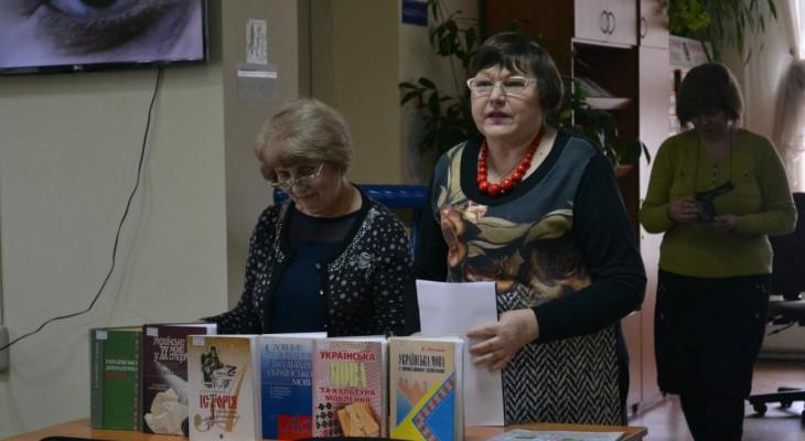 До Міжнародного дня рідної мови Новомосковській бібліотеці подарували нові книжки