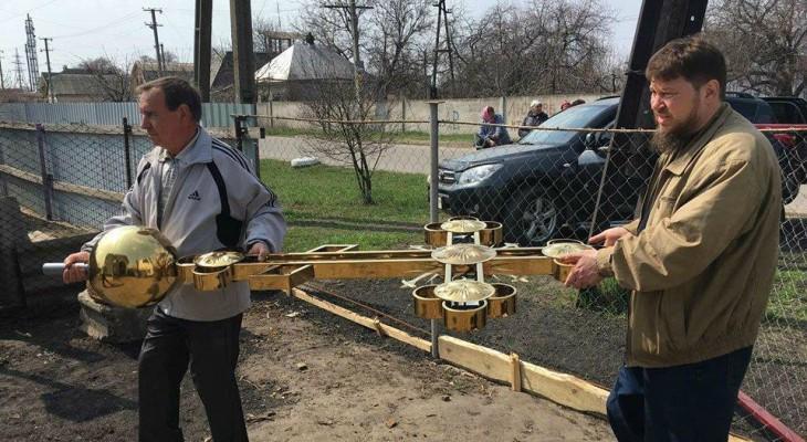 В Новомосковске на строящемся храме установили купольный Крест