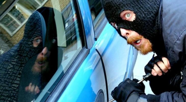 В Новомосковске автомобильные воры вскрыли машину