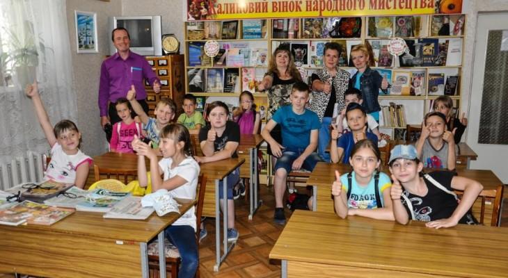 Новомосковські школярі завітали до бібліотечного кінозалу на «Мультяшне літо»