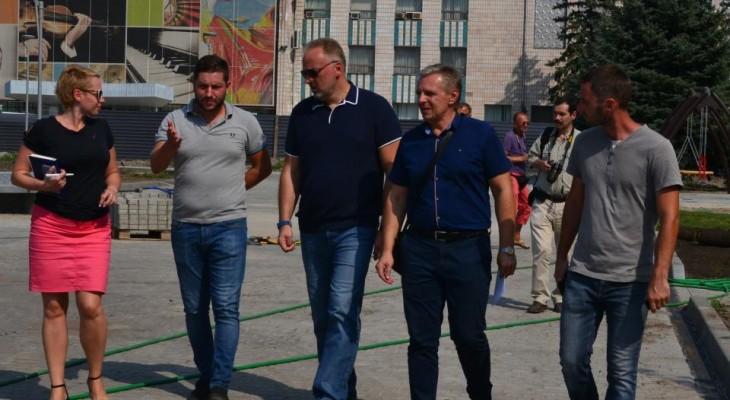В Новомосковске народный депутат Вадим Нестеренко провел инспекцию работ по реконструкции площади