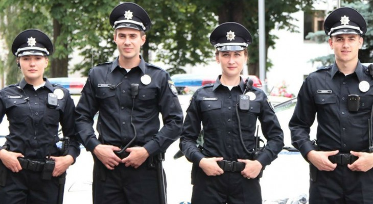 """Киевские полицейские избили несовершеннолетнего ребёнка за то, что он нагрузил полную тележку """"revo"""", подвёз к кассе и оставив там товар."""