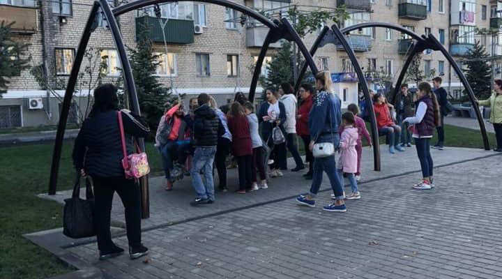 На реконструированной площади дети испытывают качели на прочность