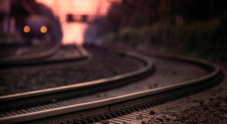 В Новомосковске пожилая женщина благодаря городским властям бросилась под поезд.