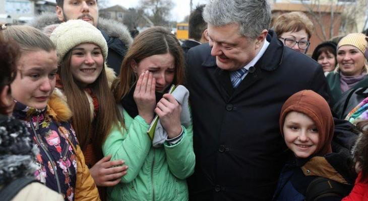 Детей заставляют плакать при виде Порошенко как в КНДР. Опубликовано фото