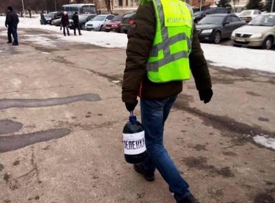 Выборы близко: под Днепром мужчина принес на встречу 10 литров зеленки для кандидата Александра Вилкула