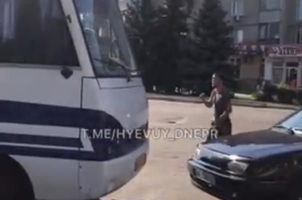 В Новомосковске цыгане устроили дорожный БЕСПРЕДЕЛ! (ВИДЕО)