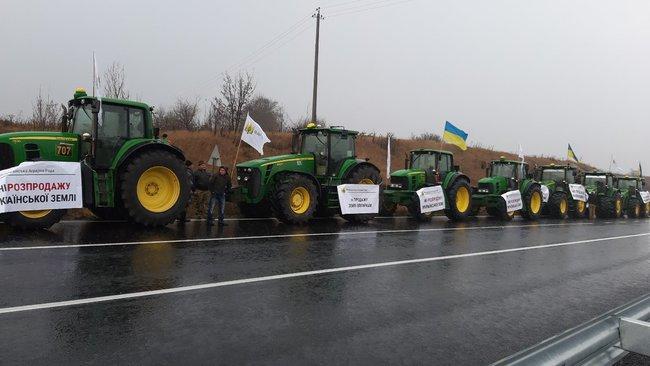 На автомагистралях в разных областях по всей Украине начались массовые акции протеста аграриев (ФОТО-ВИДЕО)