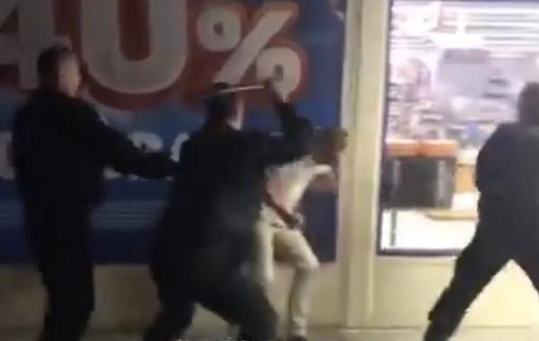 В городе Новомосковске избили мужчин, которые целовались в магазине (Видео)