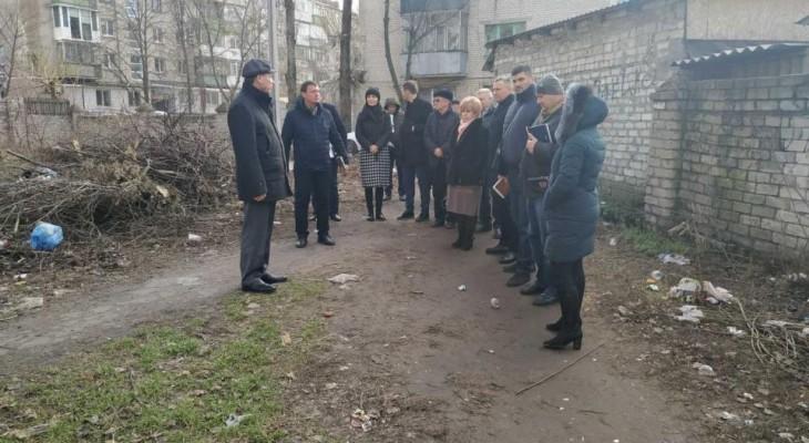 У Новомосковську Міський Голова Віктор Літвіщенко провів виїздну оперативку, пройшови вулицями та дворами міста