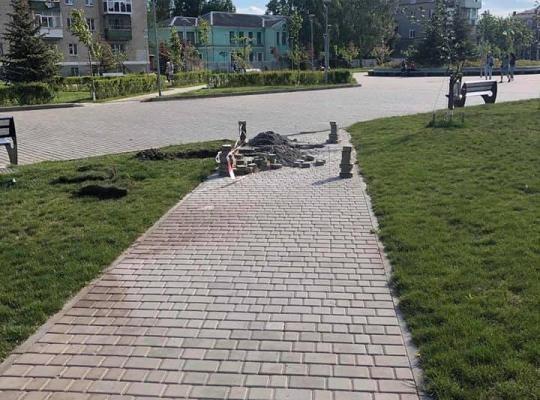 Спустя полтора года на глазах у жителей Новомосковска разваливается площадь Героев