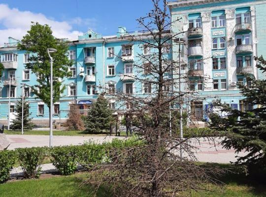 На площі Героїв продовжують всихати дерева після реконструкції. ФОТОФАКТ