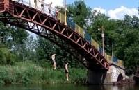 Аттракцион по прыжкам с горбатого моста в Новомосковске продолжается.