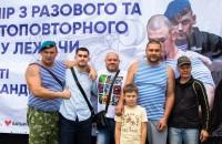 Олександр Мітягін молодший стежить за виступами атлетів на турнірі із жиму штанги, присвяченого пам'яті його батька.