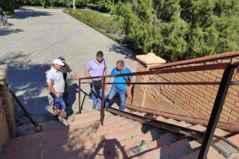 Коммунальное предприятие «НККП» провело работы по установке перил на пешеходном мосту в парке им.Сучкова